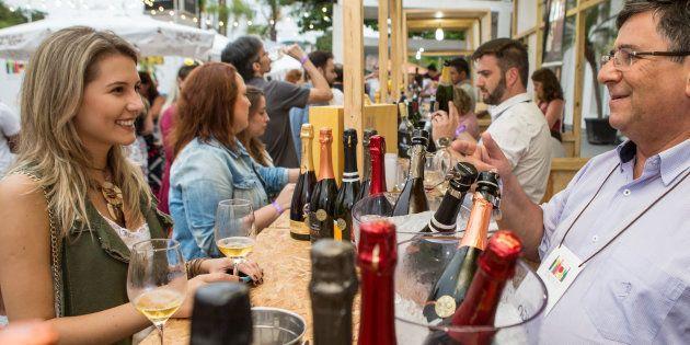 Além de comer e beber, os visitantes poderão aproveitar shows de jazz, blues e de DJs no palco principal...