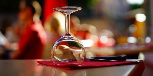 Levar seus vinhos para o restaurante é divertido e