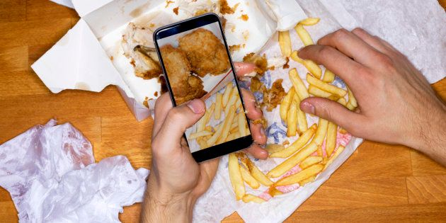 Usar o celular ou ler enquanto come aumenta o consumo de calorias em até 20%, mostra pesquisa da