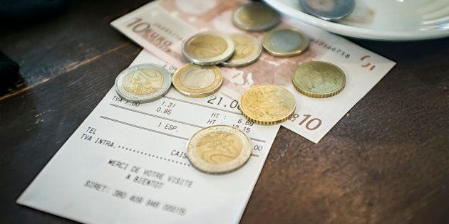 A imagem mostra uma conta normal: 9,10 euros por três croissants, dois cafés com leite, um suco grande,...