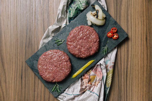 Como fazer hambúrguer caseiro digno de hamburgueria 'gourmet', segundo quem realmente entende do