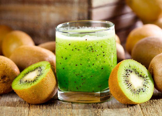 4 benefícios do kiwi para a saúde (e receitas saudáveis com a