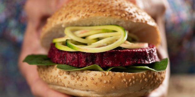Hambúrgueres de carne bovina chegavam a ter 2,5 vezes menos sal do que os