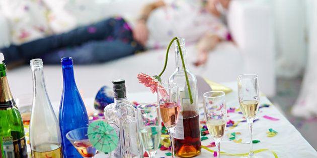 Como o álcool é diurético, ele causa desidratação quando consumido em