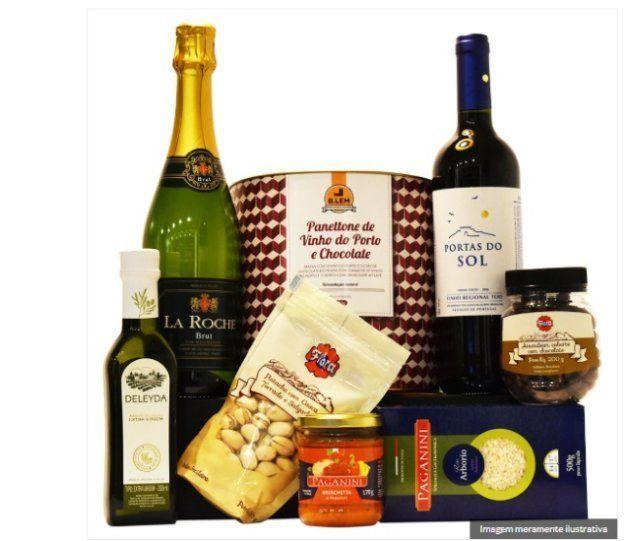 Vinho, espumante, pistache e azeite compõem esta bela cesta de Natal.