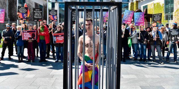 Ativistas fazem protesto em Berlim para pressionar o presidente russo Putin a tomar medidas contra a...