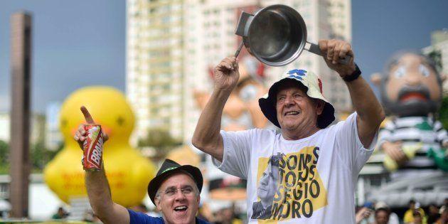 Um manifestante usa camiseta de apoio ao juiz Sérgio Moro e bate uma panela durante protesto a favor...