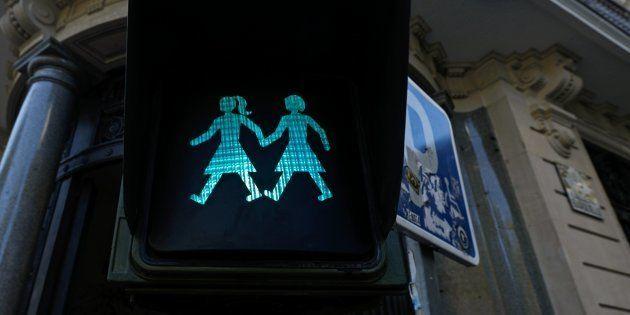 Os semáforos, que foram modificados apenas para pedestres, mostram imagens de casais homoafetivos de...