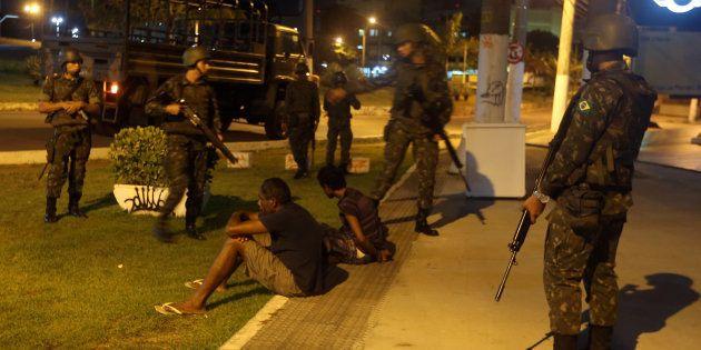 Oficiais do exército detém suspeitos de roubar lojas em Vitória, no Espírito