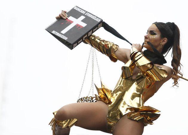 A modelo e ativista trans Viviany Beleboni protesta contra a bancada evangélica na Parada LGBT de