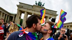 Com voto contrário de Angela Merkel, Alemanha aprova casamento