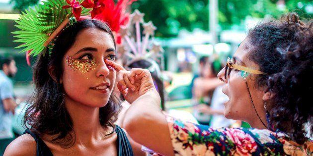 'Gente é pra brilhar': Conheça a 'glitter designer' que está levando brilho para o Carnaval do