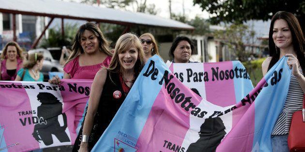 San José, Costa Rica: Em 9 de janeiro, membros da comunidade LGBT celebram em frente ao parlamento após...
