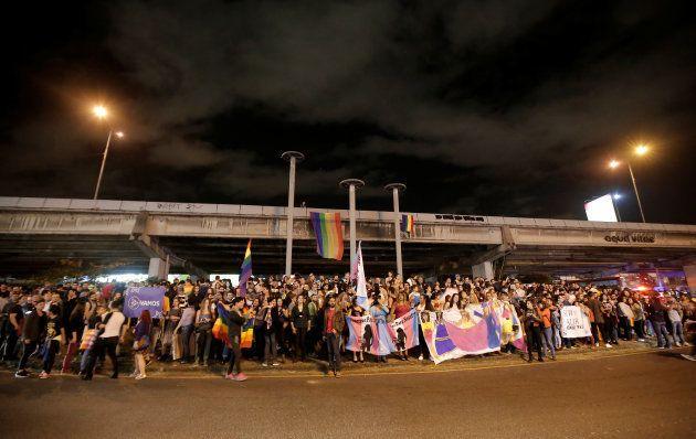 Pessoas celebram nas ruas de San José, na Costa Rica, decisão sobre alteração de gênero e casamento