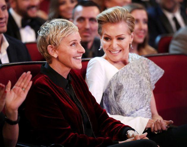 Ellen DeGeneres ao lado de sua esposta, a atriz Portia De