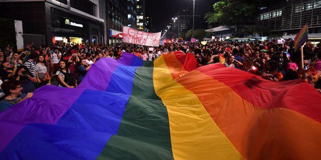 Manifestantes protestam em São Paulo, após um juiz do Distrito Federal decidir que psicólogos estão liberados...