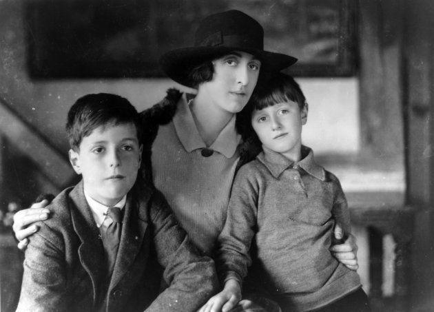 1924: Poeta e romancista inglesa Victoria Sackville-West, esposa do diplomata Sir Harold Nicolson, com...