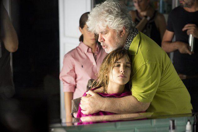 Almodóvar e Adriana Ugarte durante as filmagens de