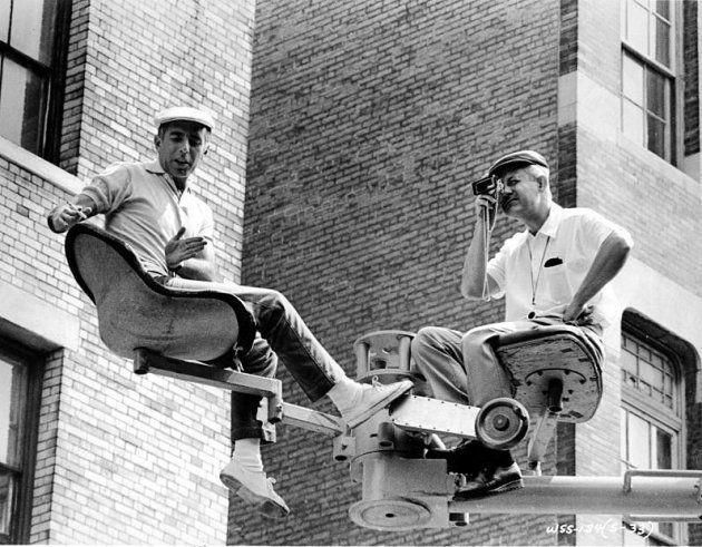 Robbins, à esquerda, no set de 'West Side