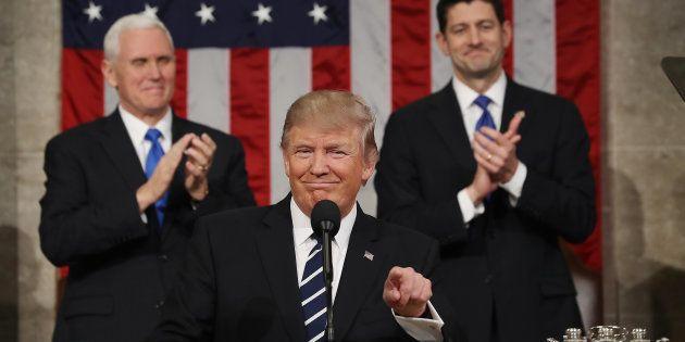 O vice-presidente Mike Pence e o porta-voz da Casaa Branca, Paul Ryan aplaudem o presidente Donald Trump...