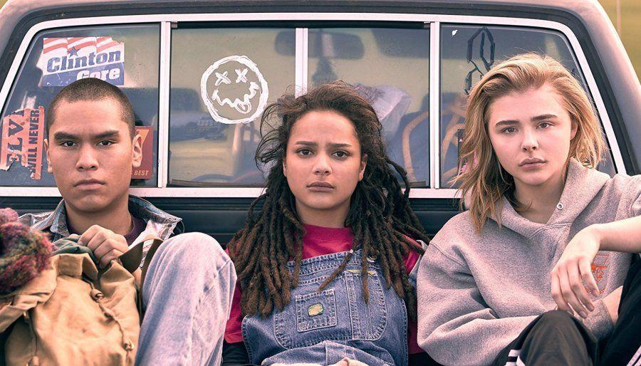 Chloë Grace Moretz, Sasha Lane e Forrest Goodluck (da dir. para a esq.) são Cameron, Jane e Adam, respectivamente,...