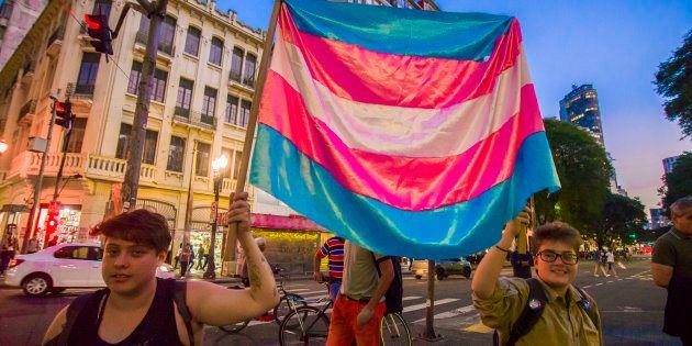 Ativistas trans marcham no centro de São Paulo, em 1 de junho, na