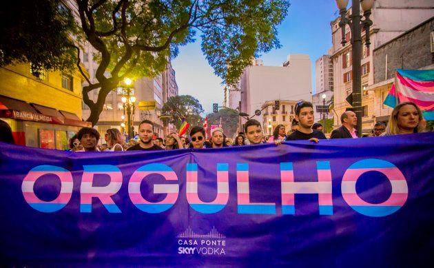 Ativistas marcham contra a transfobia no dia 1 de junho, em São