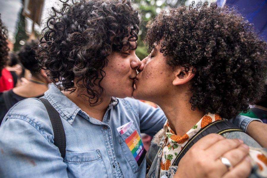 Ativistas se beijam na Caminhada das Mulheres Lésbicas e Bissexuais em 2 de junho, em São