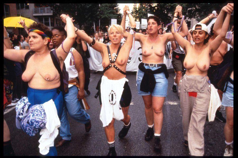 Grupo de mulheres caminha na Terceira Parada Anual do Orgulho Lésbico em 24 de junho de 1995, em Nova