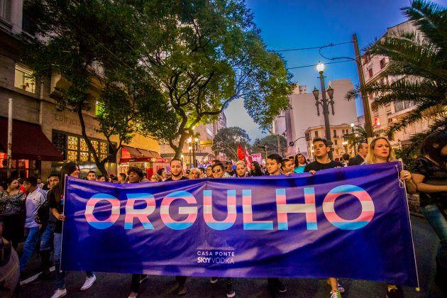 Ativistas marcham pelas ruas de São Paulo na primeira Marcha do Orgulho