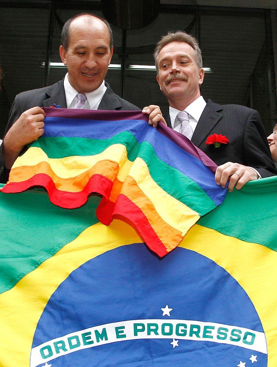 Toni Reis, presidente da Aliança Nacional LGBTI ao lado de seu companheiro, David