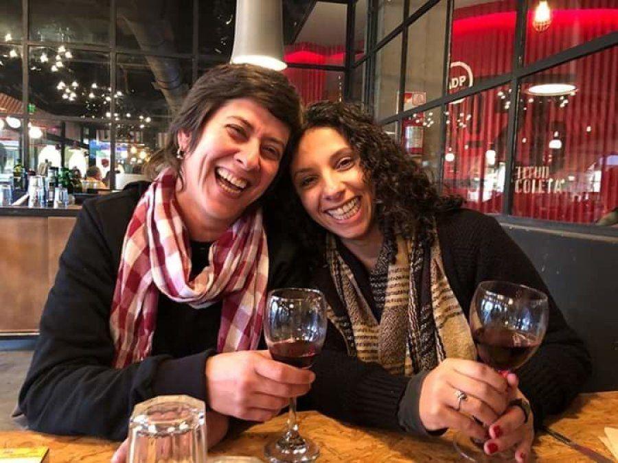 Assistente social Elaine Zingari, 41, e a terapeuta holística Karen Zingari, 36, anteciparam o casamento...