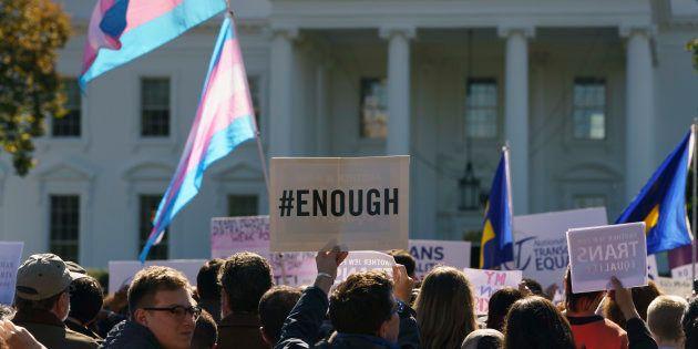 Manifestantes reunidos diante da Casa Branca em outubro em um protesto #WontBeErased, depois de ser divulgado...