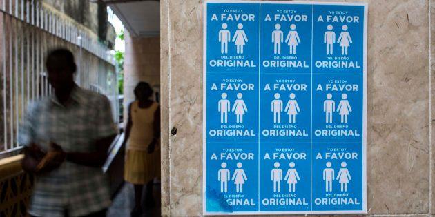 Pôster com pares de homens e mulheres em igreja cubana, com a