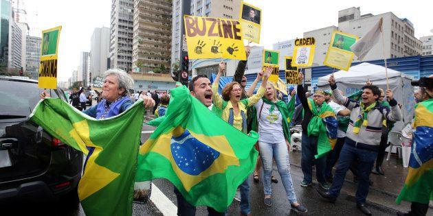 Manifestantes comemoram impeachment de Dilma