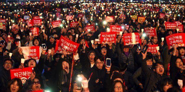 Sul-coreanos seguram velas durante uma manifestação exigindo a prisão de Park Geun-Hye em