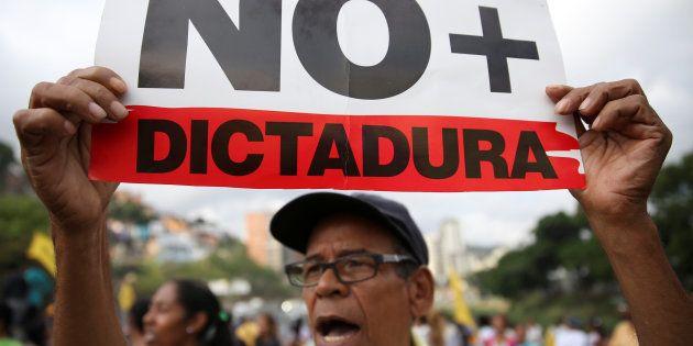 O governo reagiu com violência e repressão, prendendo oponentes políticos, perseguindo jornalistas e...