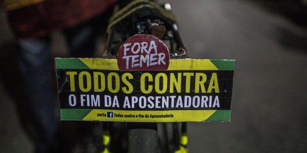 Brasileiros protestam contra a reforma da previdência, que endurece as condições para a aposentadoria...