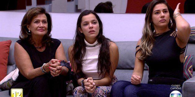 Ieda (esq.) e Vivian (dir.) amparam Emilly, após anúncio de expulsão de Marcos, com quem ela tinha