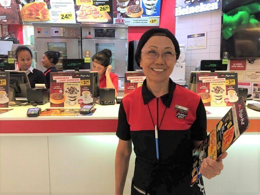 Mut Fujimori trabalha como atendente na Pizza Hut há quatro