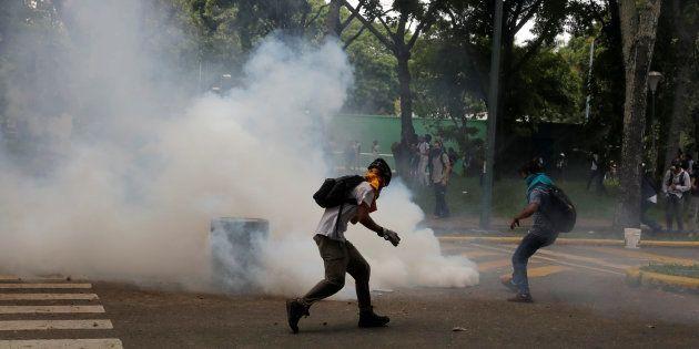 Partidários da oposição entram em confronto com a polícia em protesto contra o presidente Nicolás Maduro...