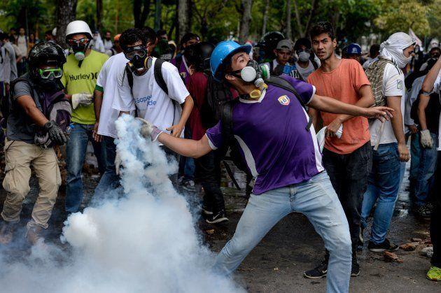 Pelo menos um manifestante pegou fogo e dois legisladores da oposição estavam entre os