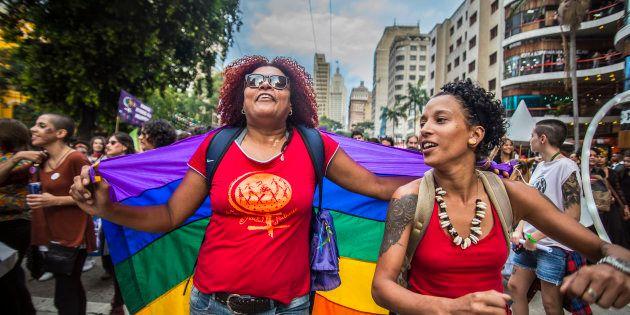 É comum o apagamento das lésbicas, as dúvidas sobre os bissexuais, as generalizações sobre as travestis...