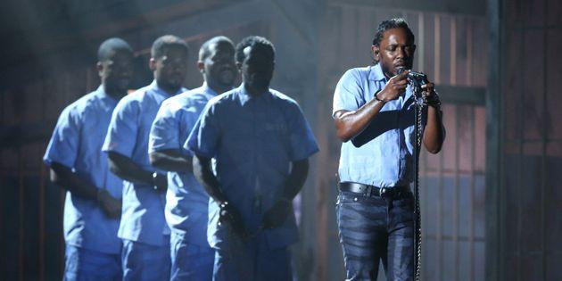 Kendrick Lamar no Grammy Awards, em 2016. Rapper entrou acorrentado e vestido com um uniforme de prisioneiro...