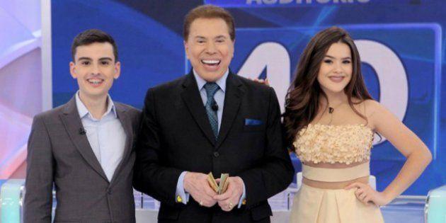 Sílvio Santos posa com Dudu Camargo e Maísa durante o programa em que constrangeu a
