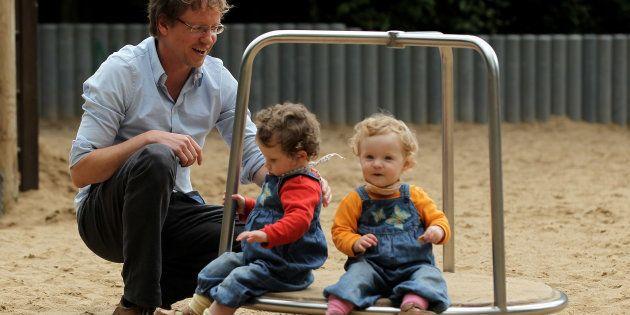 Na foto, o alemão Olivier brinca com seus filhos durante sua licença. Na Alemanha, casais têm 14 meses...