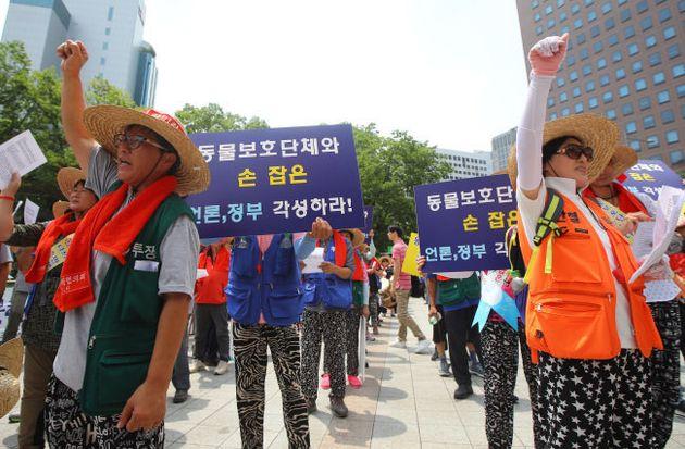 Manifestantes favoráveis a venda de carne de cachorro se unem em