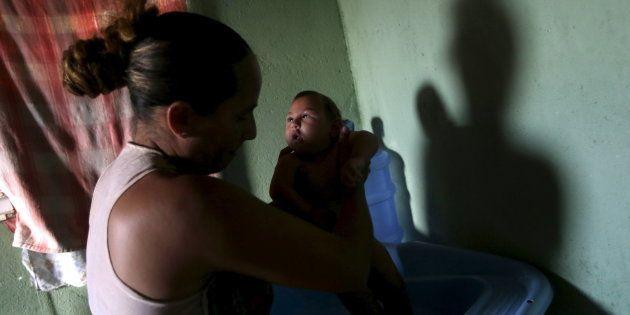 Josemary da Silva, 34, dá banho em Gilberto, de 5 meses, que nasceu com microcefalia em Algodao de Jandaira,...