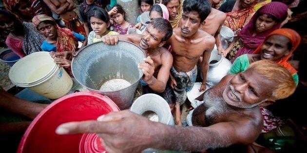 Militares realizam abastecimento de água em
