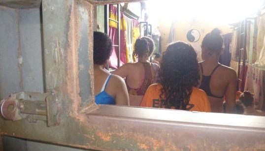 Jovens negras amontoadas em camas de cimento: O sistema prisional feminino no